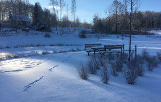 Dammen med fikaplatsen väntar på våren. Vacker vinterdag i Ingareds Ängar.