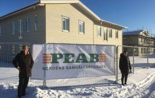 Hans Knutsson arkitekt Forum Arkitekter och Caroline Nord projektledare Peab inspekterar pågående byggnation.
