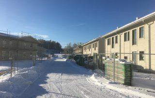 Radhusens entrésida i strålande vintersol - Götenehus - Ingareds Ängar.